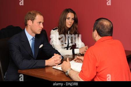 Herzog und Herzogin von Cambridge sprechen Machan Express Cafe Besitzer Ajay Bhatia nach 2011 Unruhen in Birmingham Uk