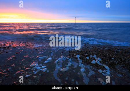 """Der Sonnenuntergang am Silvester 2013 in Heacham, Norfolk, mit """"2013"""" dargelegt in weißen Steinen. - Stockfoto"""