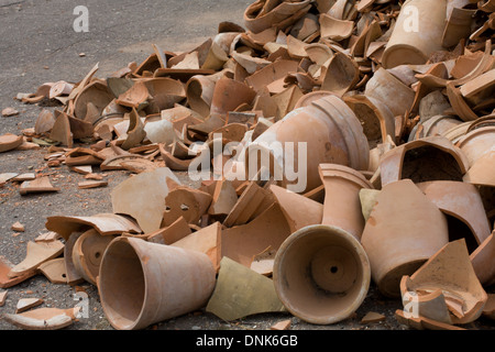 Ein Haufen Von Gebrochenen Geschirr Stockfoto Bild