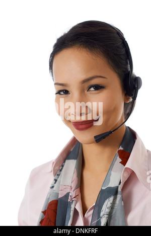 schöne asiatische Geschäftsfrau mit Kopfhörer Gespräch am Telefon als Mitarbeiter des Kundendienstes auf weißem - Stockfoto