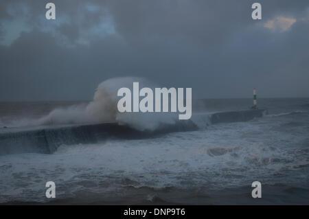 Frühling-Flut kombiniert mit schlechtem Wetter schlagen Aberystwyth Hafen am Freitag, 3. Januar 2014. - Stockfoto