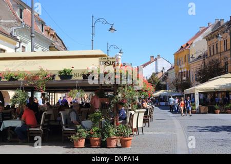 Belebten Cafés auf der Str. Nicolae Balcescu, im Zentrum der mittelalterlichen Stadt Sibiu, in Siebenbürgen, Rumänien, - Stockfoto