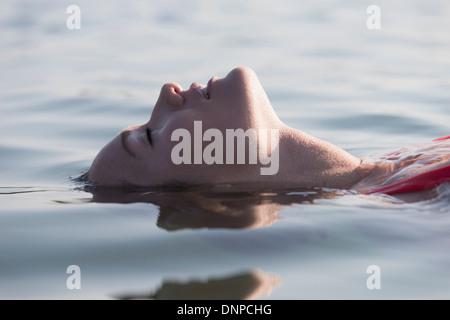 Frau entspannend in See - Stockfoto