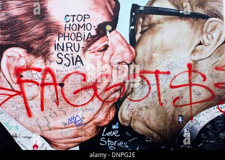12.06.2013 Berlin Wandbild zeigt Leonid Brezhnev küssen ostdeutschen Marktführer Erich Honecker Wandbild Berlin - Stockfoto