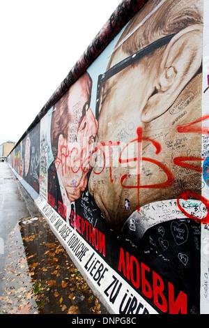Berliner Mauer-Wandbild zeigt Leonid Brezhnev küssen ostdeutschen Marktführer Erich Honecker Wandbild Berlin Deutschland Stockfoto