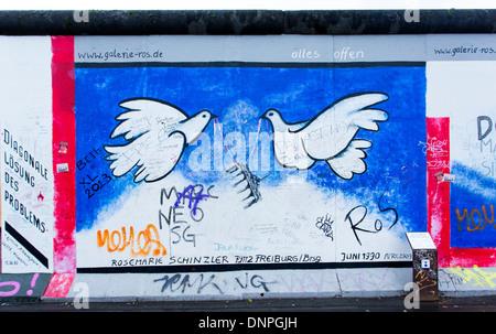 12.06.2013 Tauben des Friedens, Berlin Wandbild. Berlin, Deutschland - Stockfoto