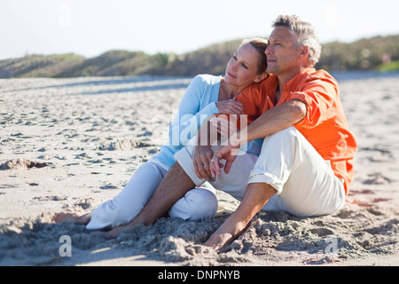 Älteres Paar sitzt am Strand, Jupiter, Palm Beach County, Florida, USA - Stockfoto
