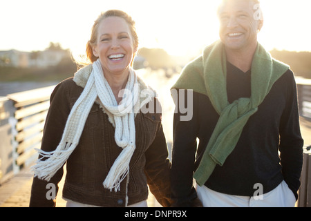 Älteres Paar zu Fuß entlang der Pier, Jupiter, Palm Beach County, Florida, USA - Stockfoto