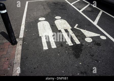 Parkplatz mit Familie Parken nur Symbol auf Supermarkt Parkplatz, London, England - Stockfoto