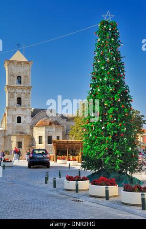 Ein Weihnachtsbaum auf dem Platz vor der St. Lazarus Kirche in Larnaca, Zypern. - Stockfoto