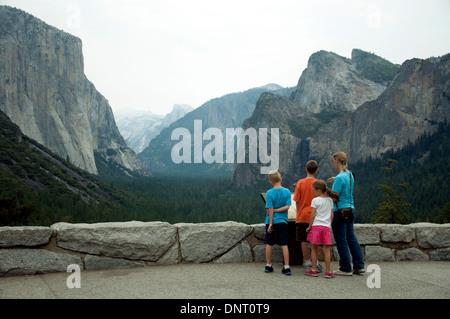 Im kalifornischen Yosemite-Nationalpark scheint eine müde Mädchen gleichgültig gegenüber der Pracht des renommierten - Stockfoto