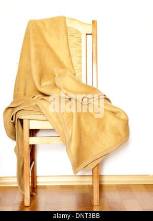 Vintage Holzstuhl mit beigen Karomuster auf weißem Hintergrund - Stockfoto
