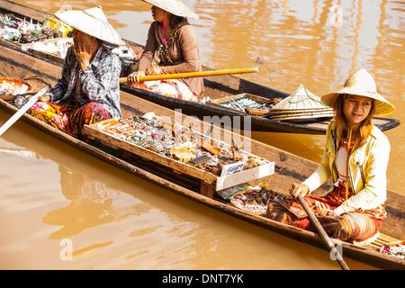 Anbieter verkaufen Schmuckstücke sitzen in ihren langen Booten versucht die Aufmerksamkeit der Touristen am 3. November - Stockfoto