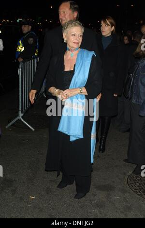 3. Dezember 2001 - K23536JBB: 12/2/01.THE Welt-PREMIERE von dem FILM'' IRIS AT PARIS THEATER IN New York... JUDI - Stockfoto