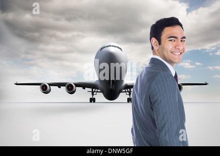 Zusammengesetztes Bild des lächelnden Geschäftsmann stand - Stockfoto