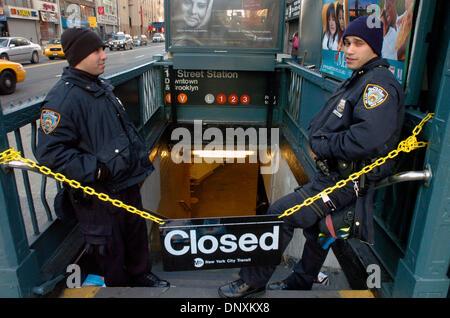21. Dezember 2005; Manhattan, New York, USA; Polizisten NORIEGA (L) und NIEVES (R) stehen am verschlossenen Eingang - Stockfoto