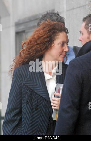 London, UK. 6. Januar 2014. Rebekah Wade vermeidet die Kameras, die Ankunft in The Old Bailey - Stockfoto