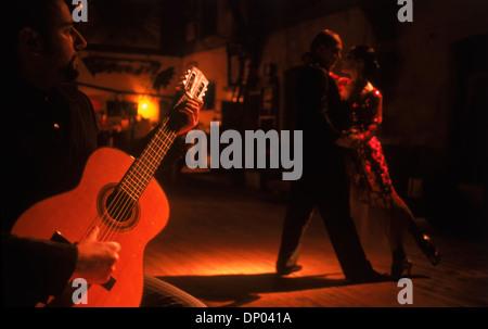 Paare tanzen Gitarrenmusik an Tango Bar in Buenos Aires - Stockfoto