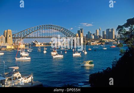 Sydney Harbour Bridge und Stadt Skyline von Lavender Bay in North Sydney mit Luna Park auf der linken Seite - Stockfoto