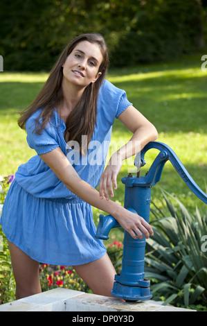 Junge, schöne Frau im Garten (Model-Release) - Stockfoto