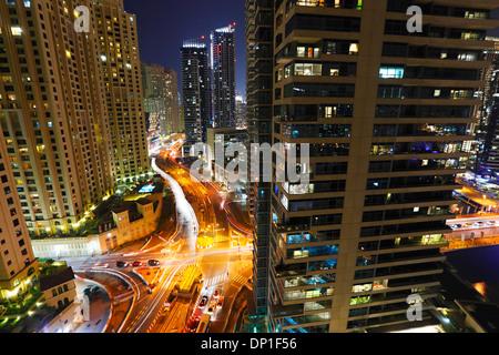 Gebäude in Dubai Marina in der Nacht. King Salman Bin Abdulaziz Al Saud st. - Stockfoto