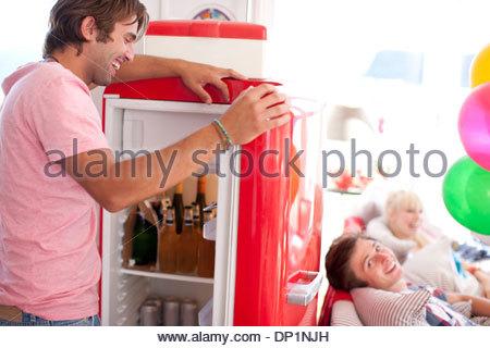 Mann-Eröffnung-Kühlschrank - Stockfoto