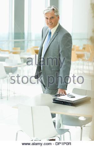 Lächelnde Geschäftsmann in cafeteria - Stockfoto