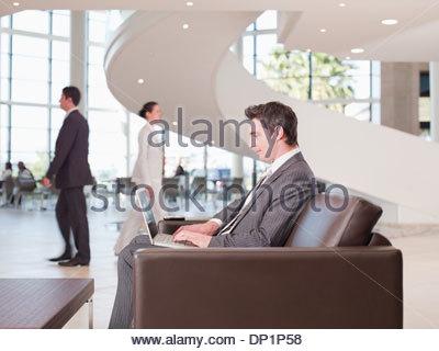 Geschäftsmann, arbeiten im Büro Wartebereich - Stockfoto