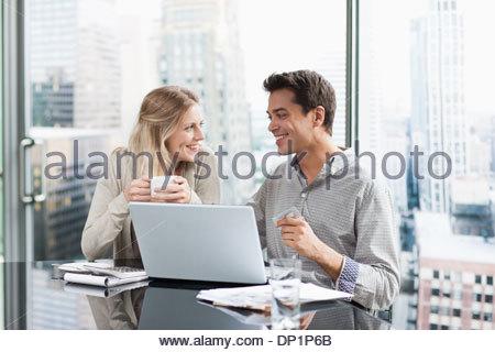 Geschäftsleute, die mit Laptop zusammen - Stockfoto