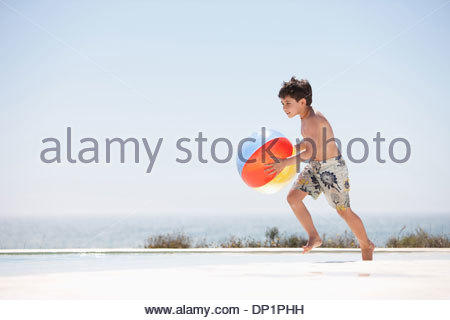 Junge mit Beach Ball Pool - Stockfoto