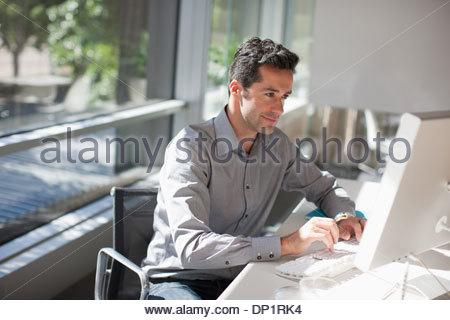 Geschäftsmann mit Computer im Büro - Stockfoto