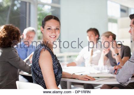 Geschäftsfrau mit Kollegen treffen am Konferenztisch - Stockfoto