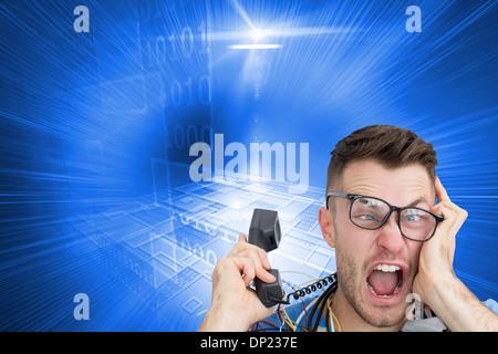 Zusammengesetztes Bild von frustriert Computer-Ingenieur schreien während bei Anruf vor der offenen cpu - Stockfoto