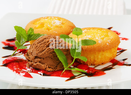 Pudding gefüllt, Cupcakes und Kugel Eis - Stockfoto