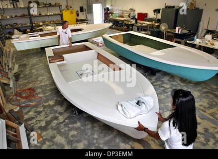 30. Juni 2006; Jupiter, FL, USA; Alex und Candace McIntosh in ihrem Willy Roberts klassische Schiffe laden. Willy - Stockfoto