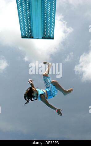 30. Juni 2006; Wellington, FL, USA; Dani DeCarolis, 10 der Loxahatchee, springt die high Dive in Wellington Aquatics - Stockfoto
