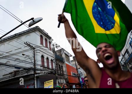 Eine radikale Demonstrant, halten die brasilianische Flagge, schreit während der protestmarsch in Salvador, Bahia, - Stockfoto