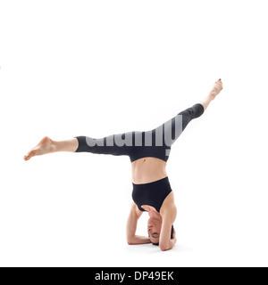 Frau Yoga zu praktizieren - Stockfoto