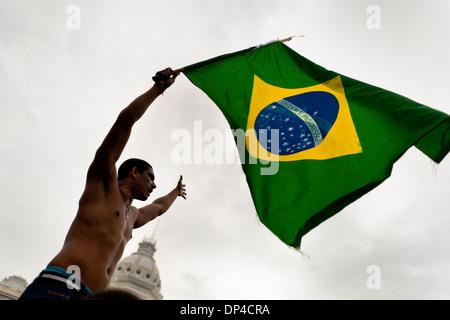Eine Demonstrantin Wellen die brasilianische Flagge während der protestmarsch in Salvador, Bahia, Brasilien. - Stockfoto