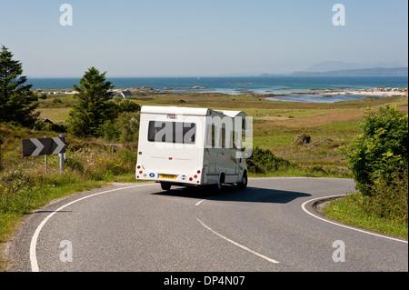 Ein Wohnmobil fährt entlang der malerischen Westküste Schottlands im Sommer - Stockfoto