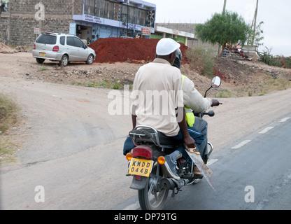 Motor Cycle-Taxi mit Kunden tragen sah auf Nairobi Namanga Straße im Kajiado Kenia Afrika - Stockfoto