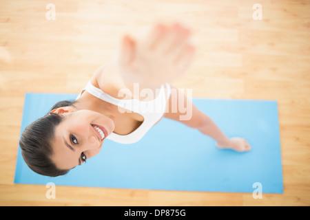 Glückliche Frau stretching im erweiterten Seite Winkel pose - Stockfoto