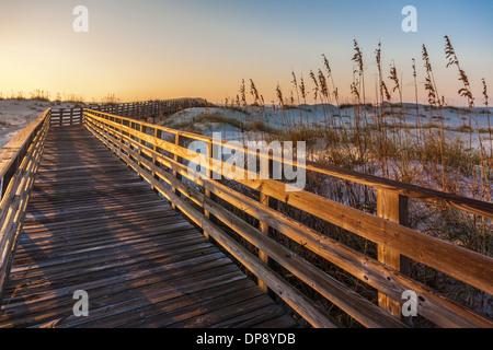 Holzsteg über Dünen führt die Besucher in den Golf von Mexiko an Alabama Gulf Shores bei gleichzeitigem Schutz Sanddünen - Stockfoto