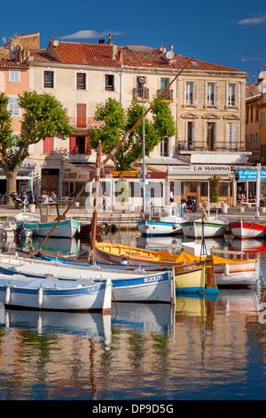 Bunte Boote in den kleinen Hafen von La Ciotat, Bouches-du-Rhône, Cote d ' Azur, Provence Frankreich - Stockfoto