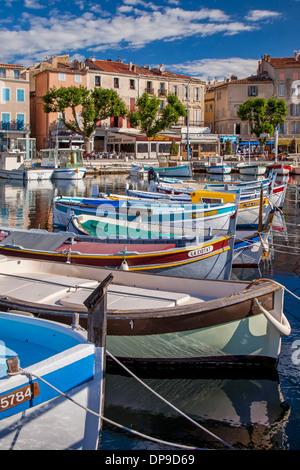 Bunte Segelboote in den kleinen Hafen von La Ciotat, Bouches-du-Rhône, Cote d ' Azur, Provence Frankreich - Stockfoto