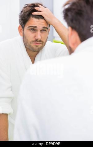 Reflexion der Mann leidet unter Kopfschmerzen im Spiegel - Stockfoto