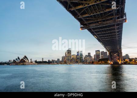 Unter der Sydney Harbour Bridge bei Sonnenuntergang, Sydney, Australien Stockfoto