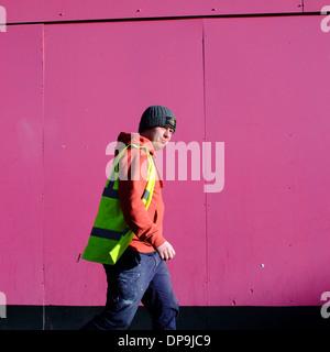 Mann tragen High Visibility Jacke rosa Website Internat vorbeigehen - Stockfoto