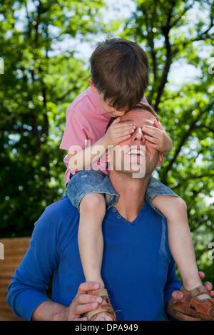 Kinder reiten Huckepack auf Vater - Stockfoto