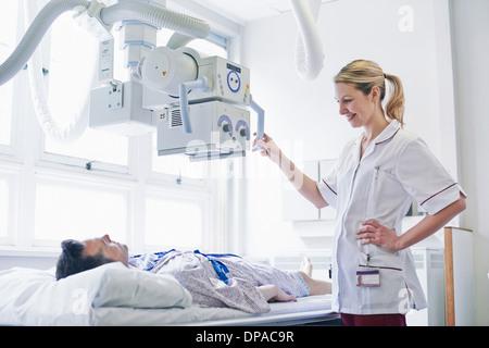 Radiologe Blick auf weibliche Patienten liegen auf MRT-Gerät ...